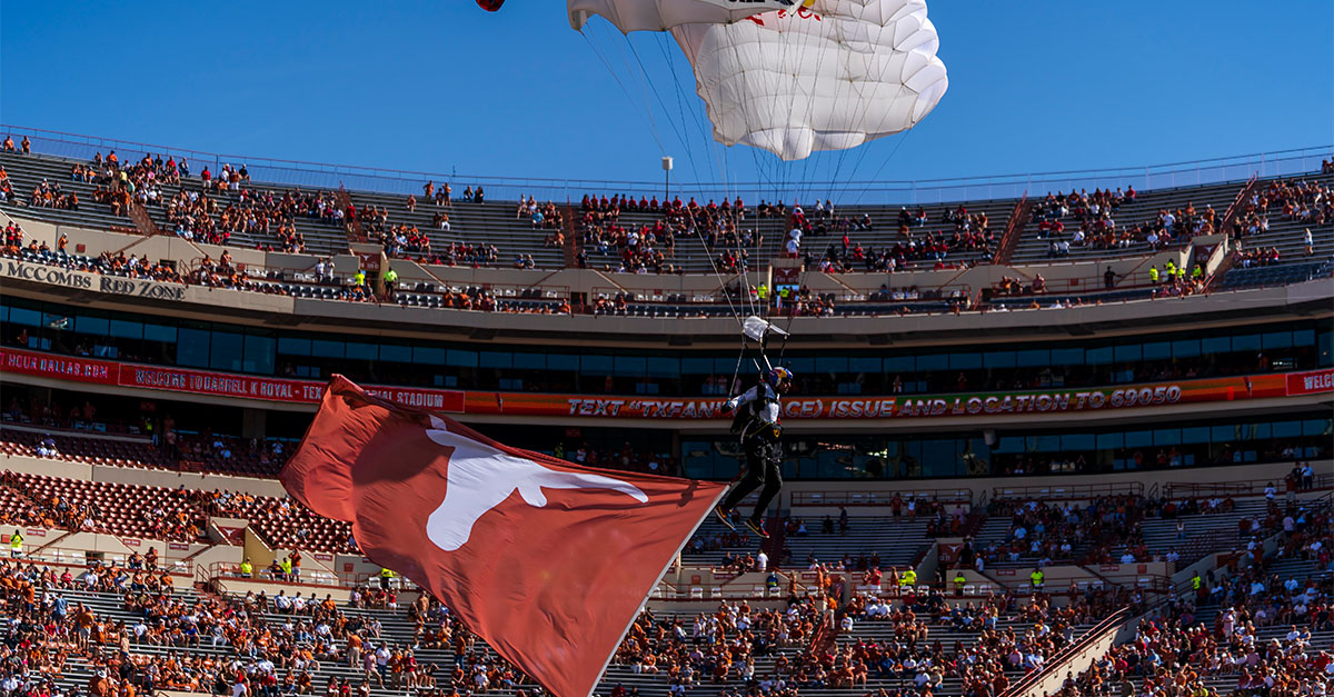 Sky divers deliver Texas flag to DKR